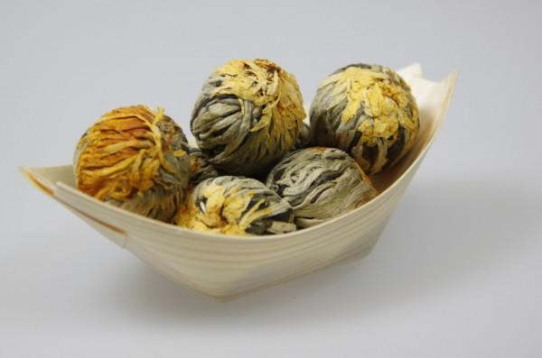 Golden Fortune Balls - 7 Teeblumen in einem Schiffchen aus Pinienholz