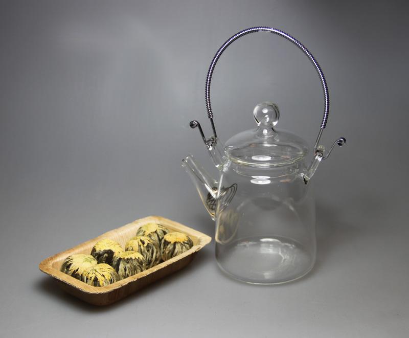 Tee Glaskanne mit 7 Teeblumen in einer Schale aus Palmblatt - Set